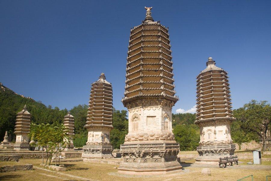 简介: 银山塔林为辽金时代名寺法华寺高僧的墓塔。据考证,北京昌平区天寿山东北,海子村西南的银山南麓,是我国辽金时代的寺院云集之处,当时有大小寺院庵堂72所,法华寺就是其中最大的一座。 法华寺创建于金天会三年(1125年),寺内的高僧圆寂后,即被葬在寺旁墓地,并建墓塔。随着时间的推移,葬在这里的高僧越来越多,所建的墓塔在当时已形成塔林。由于年代久远,现仅存墓塔七座,其中金代五座,元代二座,今日统称银山塔林。 金代所建五塔形制相同,皆为密檐式砖塔,高2030米,外形高大挺拔,塔身细部均有精细雕饰,很像佛塔