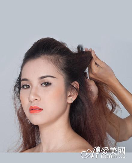 新娘盘发图解:   精彩内容,尽在百度攻略:http://gl.baidu.com   step1:从头顶的头发全部向后梳理,再从耳际取出一束头发.图片