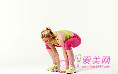 导语:今天爱美网小编要教各位姐妹一套灵感来自俏皮动物的趣味减肥操,不仅让你的运动变得有趣,这些模仿动物的爆发性动作还能帮你燃烧大约350卡路里的热量,减肥效果十分显著。   每次你只需要从以下动作中选择3个分别运动手臂和肩膀、腹部和背部,以及腿部和臀部的动作,然后每个动作重复3次。   手臂和肩膀:豹的爬行   以四肢爬跪的姿势作为起始动作,双手在肩膀下,两膝盖在臀部下,膝盖弯曲,脚尖踮起,膝盖离地约5厘米。将右手和左脚向前移动一步。   保持膝盖离地,向前移动左手和右脚。   这样交替重复60秒。当你在