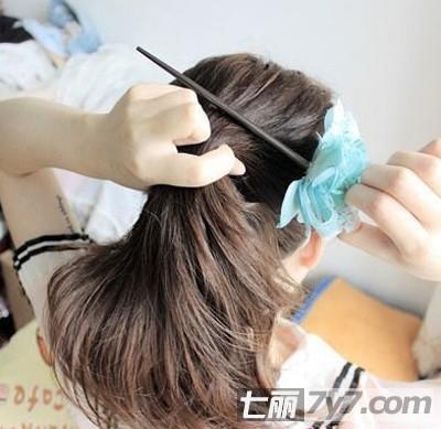 然后把头发覆盖到发簪上图片