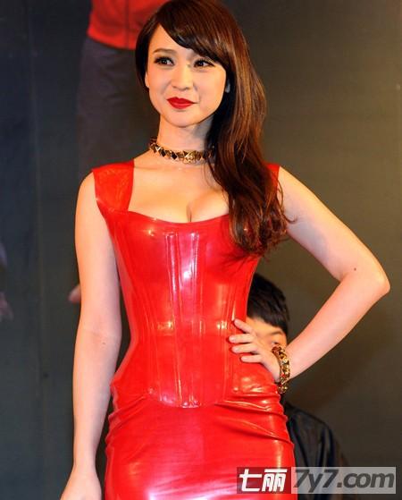 柳岩g奶红色连衣皮裙性感搭配