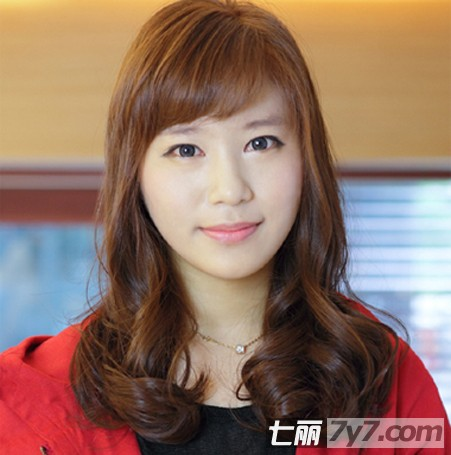 最新大脸女生适合发型 气质中长发卷发修脸发型图片