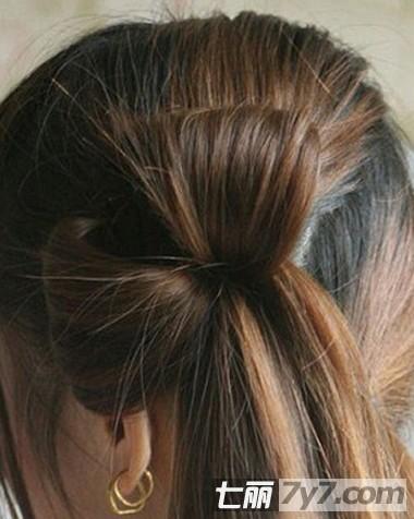 长发盘发图解 简单显气质淑女发型 步骤四:如图所示便是四束头发扎好