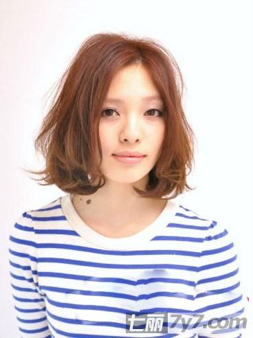 最新宽脸适合的短发发型图片 显瘦修颜显年轻 小编点评:侧刘海的