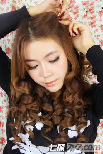 时尚猫耳简单发型的扎法步骤