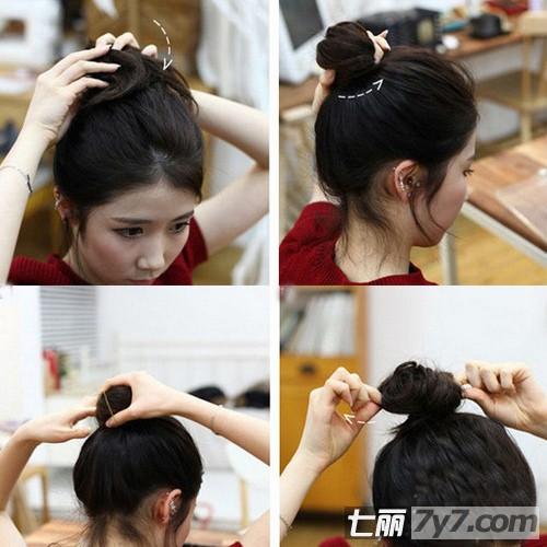 导读:看着韩剧里的女主角,她们每个都非常美丽,这其实都要归功于她们的发型,一款漂亮的发型能瞬间改变你的气质与脸型,今天小编就教你一款韩式丸子头的扎法图解,DIY浪漫约会发型,让你变身韩剧女主角。 韩式丸子头的扎法图解 DIY浪漫约会发型 韩式丸子头的扎法图解 DIY浪漫约会发型:无刘海的设计是韩剧女生们的一大特点,没有刘海清爽更可爱,简单的丸子头减龄满分,下面跟着小编学起来吧! 韩式丸子头的扎法图解 DIY浪漫约会发型 DIY浪漫约会发型步骤 1.