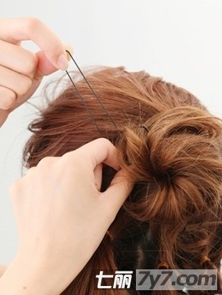 甜美齐刘海发型盘发教程 用发簪盘出气质发型步骤