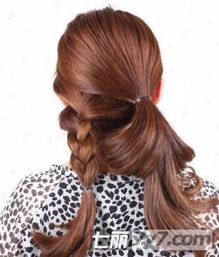 放下上半部分头发,用皮筋将头发扎成一个侧马尾.图片 (320x376)图片