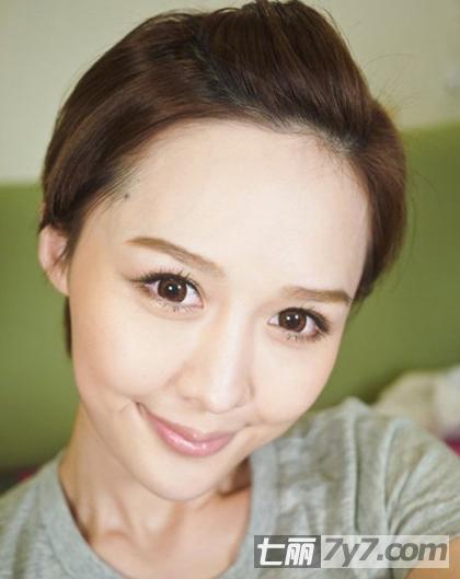 那么短发刘海怎么打理呢?很简单的无刘海扎法,让你露出俏丽额头哦.