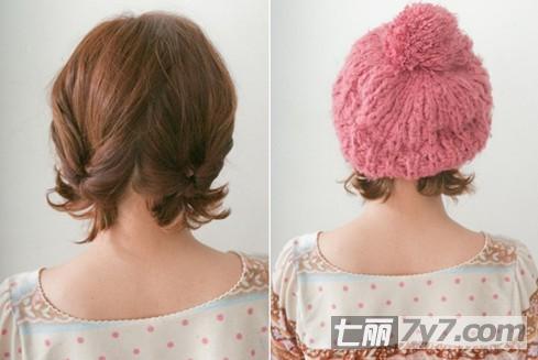 短发发型可爱扎法 配戴帽子打造温暖系女生
