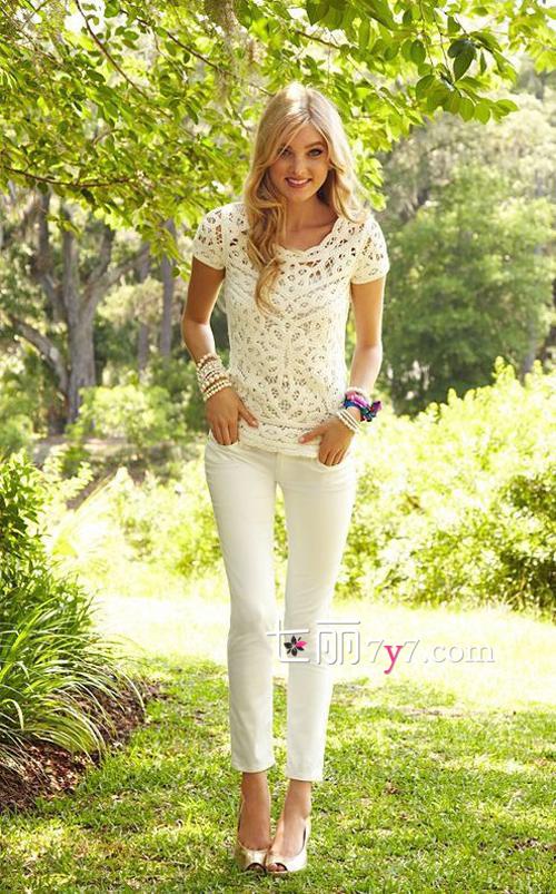 白色裤子配什么上衣 搭牛仔蕾丝上衣最时尚