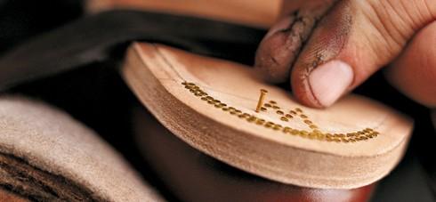 鞋匠釘制出精致的紋飾